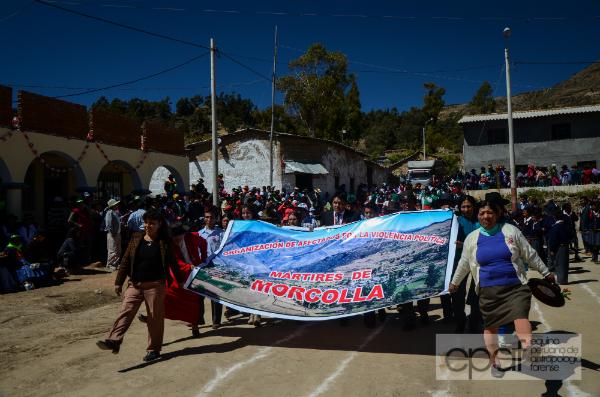 Mártires de Morcolla marchando tras develar la placa por el Día de la Memoria